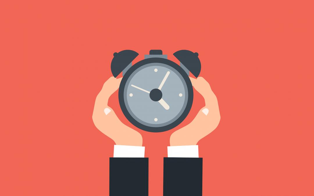 Ilustração com duas mãos segurando um relógio de alarme sobre fundo digitalizado no tom rosé.